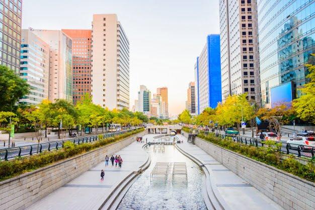 cheonggyecheon-stream-seoul-city_74190-4243